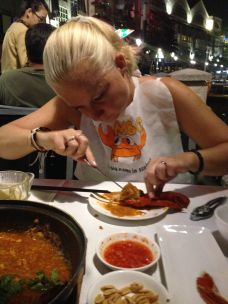 Bea fighting hard with the coconut crab in chilli sauce