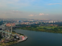 the Singapore flyer on the other side of Marina Bay … but who wants to sit in a giant wheel at 35°C